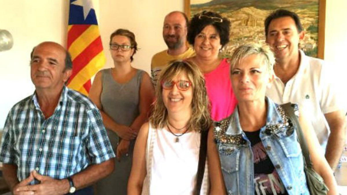 La alcaldesa junto al resto de concejales de Castelló de Farfanya.