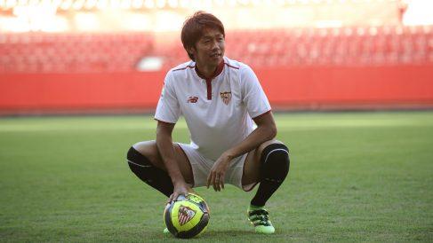 Kiyotake, en su presentación con el Sevilla. (AFP)