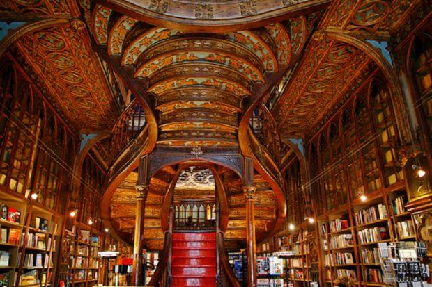 El techo de la librería Lello es una maravilla arquitectónica, casi mágica.