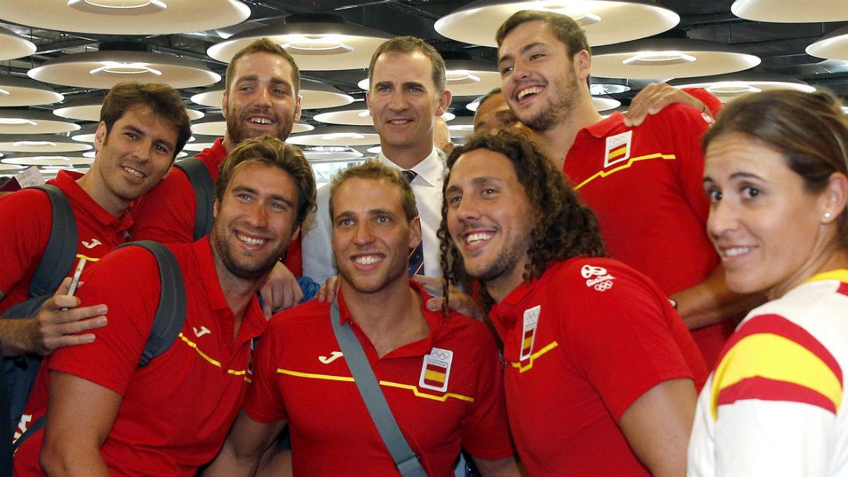 El Rey Felipe VI se fotografía con los olímpicos españoles. (EFE)