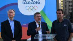El alcalde de Río, eduardo paes (dcha). junto al presidente del CIO, Thomas Bach (centro) y el presidente del Comité Organizador, Caros Arthur Nuzman. (AFP)