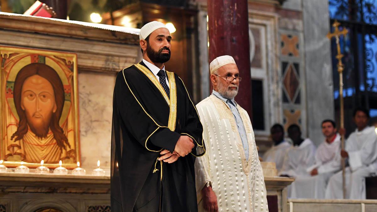 Imanes musulmanes en una iglesia católica (Foto: AFP)