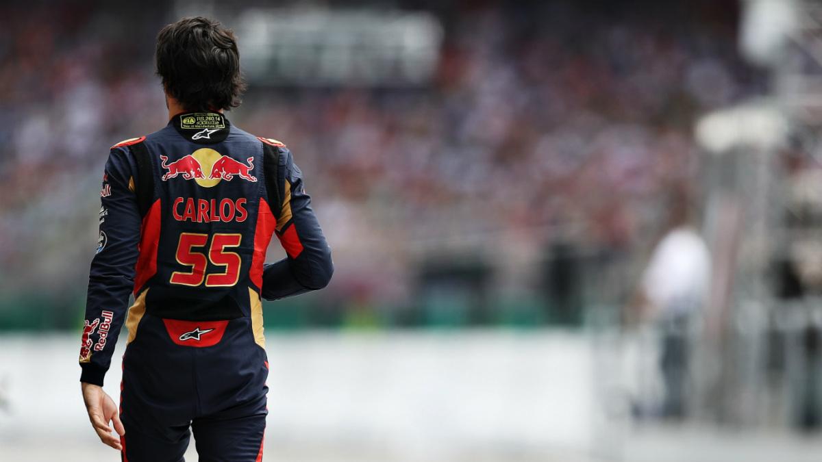 Carlos Sainz camina por el 'paddock'. (Getty)