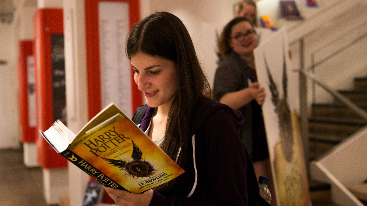 Una joven británica disfruta de uno de los primeros ejemplares vendidos de 'Harry Potter y el Legado Maldito'. (Foto: Getty)