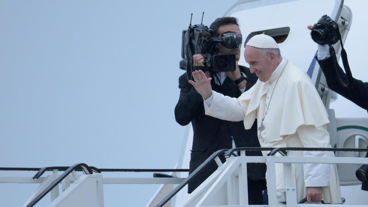 El Papa Francisco subiendo al avión que le llevará de vuelta a Italia después de la JMJ en Cracovia. (Foto: Getty)