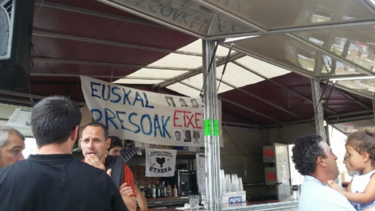 Uno de los carteles que denuncia el PP en el recinto festivo de Berango.