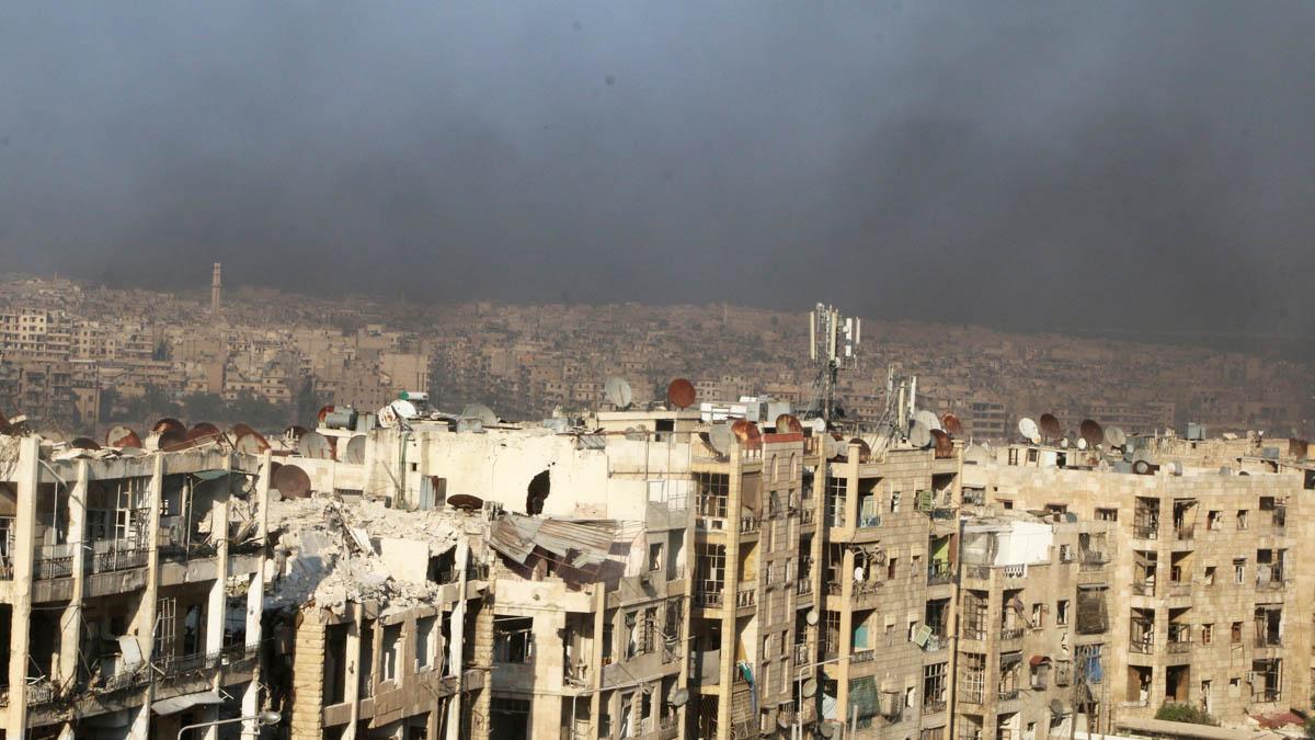 Humo sobre la ciudad de Alepo (Foto: Reuters)