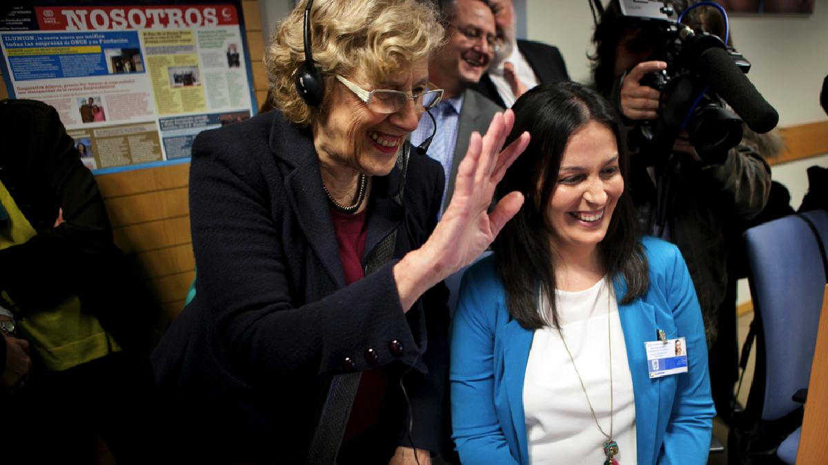 La alcaldesa Carmena visitando el servicio de teleasistencia. (Foto: Madrid)