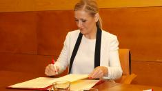 La presidenta Cifuentes en imagen de archivo firmando un convenio. (Foto: CAM)