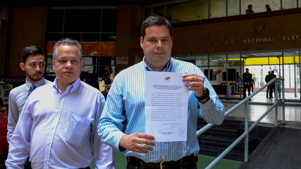 La oposición de Venezuela con el documento que acredita la validación de firmas contra Maduro (AFP)