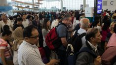 Miles de personas se han quedado atrapadas en el aeropuerto de Hong Kong por el fuerte temporal. (Foto: AFP)