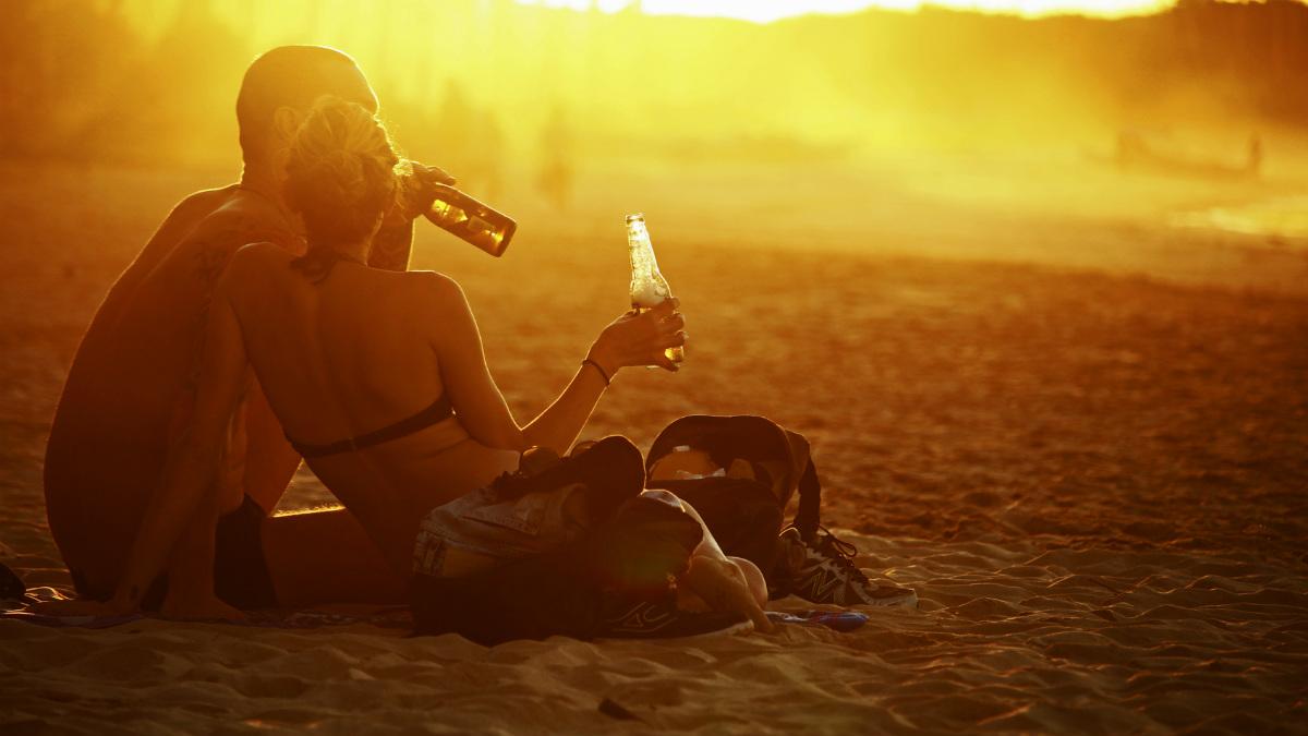Jóvenes disfrutando de una cerveza. (Foto: istock)
