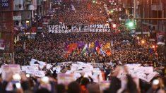 Una multitudinaria manifestación a favor del acercamiento de los presos etarras.