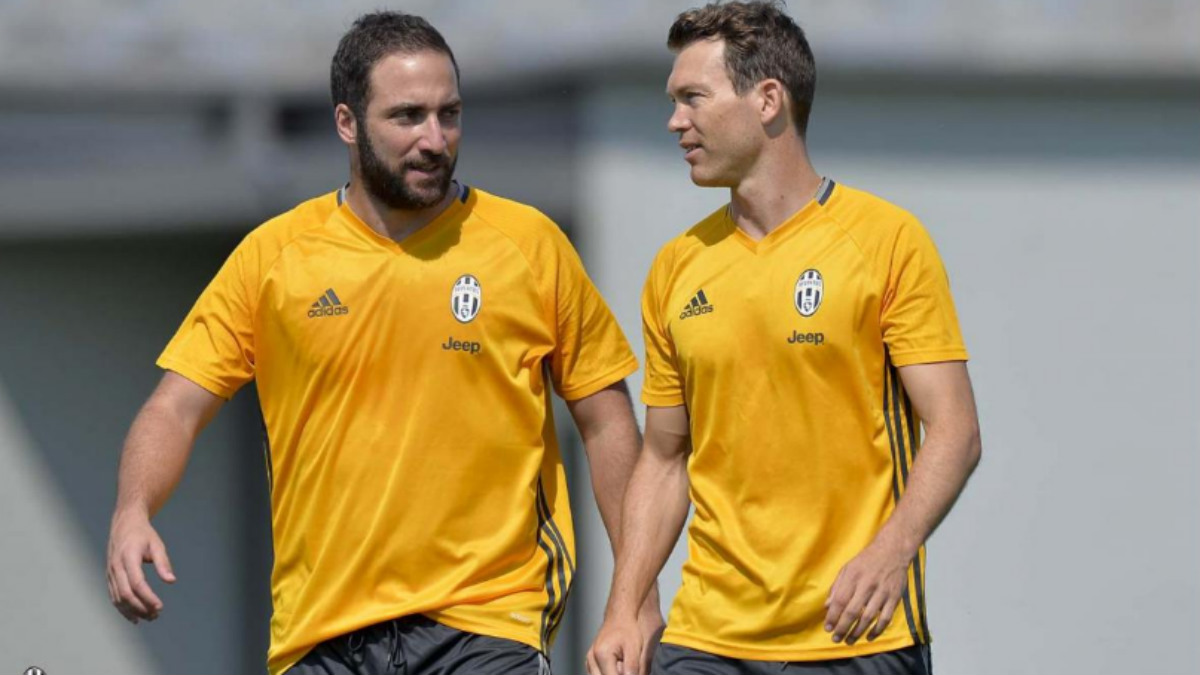 Higuain, junto a Lichsteiner en el entreanmiento de la Juve. (Juventus.com)