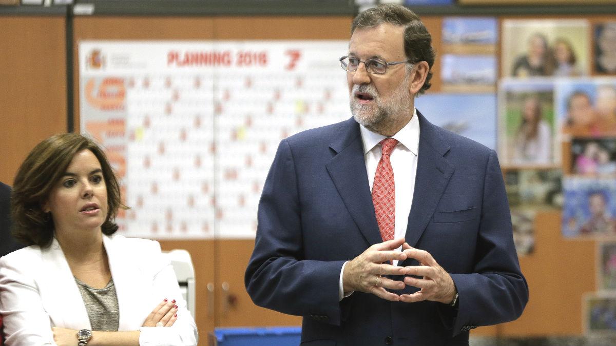 El presidente del Gobierno en funciones, Mariano Rajoy, y la vicepresidenta del Ejecutivo, Soraya Sáenz de Santamaría, durante la inauguración de la nueva sede de la Gerencia de Informática de la Seguridad Social (Foto: Efe)
