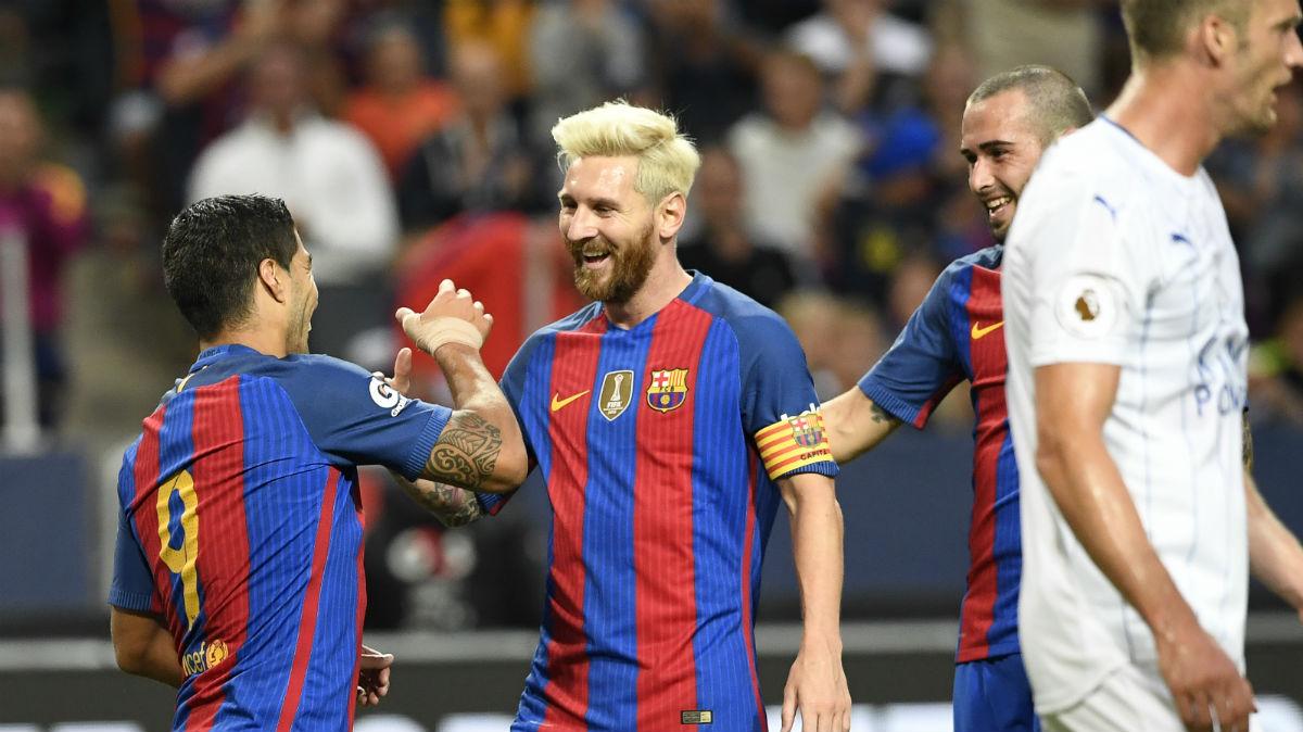 Messi felicita a Suárez por un gol del Barcelona. (AFP)