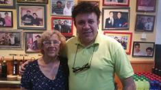 La alcaldesa Carmena en un bar de carretera en Badajoz. (Foto: FB)
