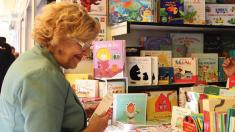 La alcaldesa Carmena en imagen de archivo visitando la Feria del Libro. (Foto: Madrid)