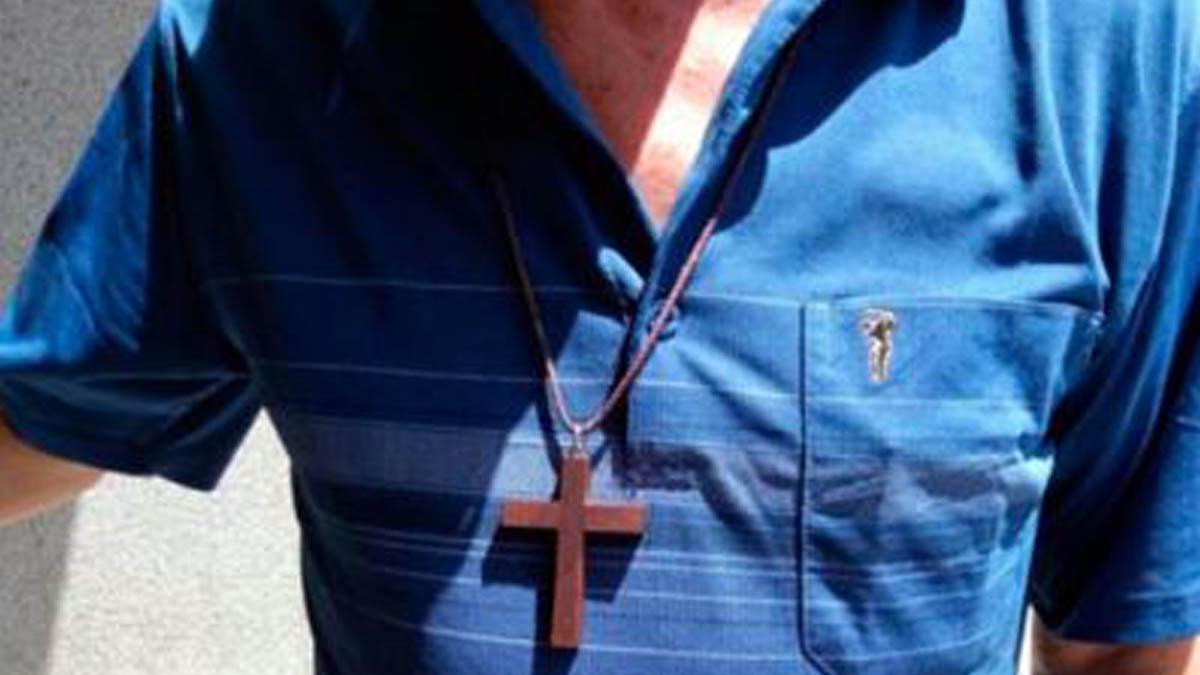 Esta es la cruz que porta el misionero agredido (Foto: Mediterráneo Digital)