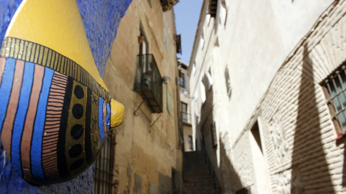 Exposición de senos decorados en las calles de Toledo. (EFE)