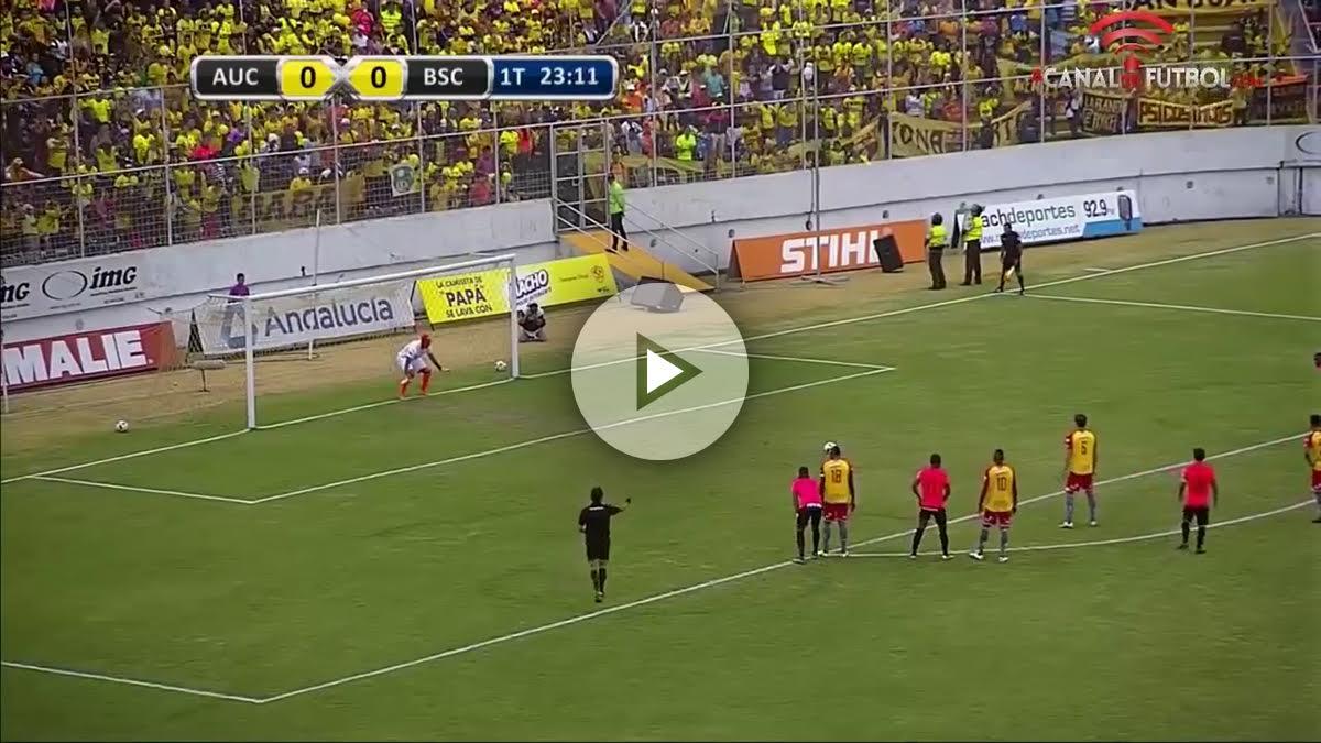 Momento en el que Esteban Solari va a tirar el penalti.