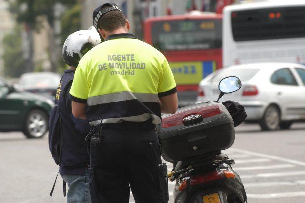 Agente de Movilidad trabajando. (Foto: Madrid)
