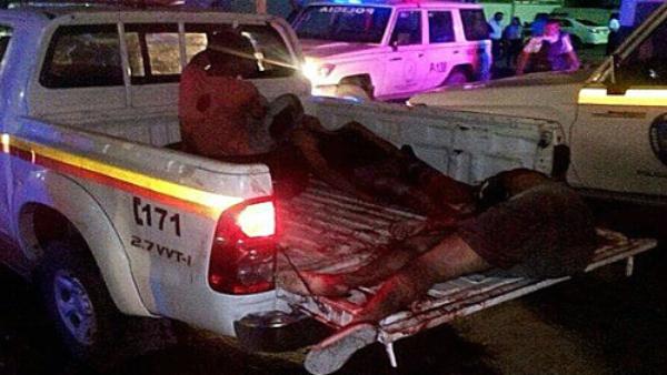 El cuerpo de uno de los presos muertos en la cárcel de Alayón (Venezuela), en una camioneta de emergencias. (TW)
