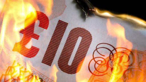 Billete de 10 libras ardiendo (Foto: ISTOCK).