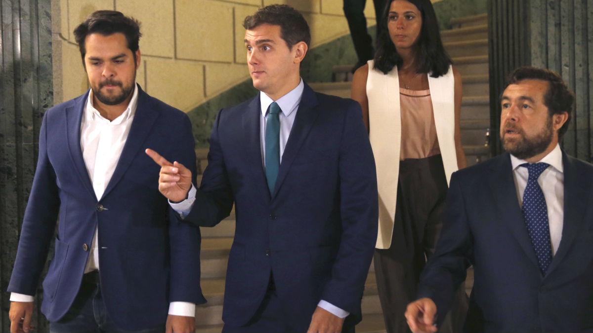 El líder de Ciudadanos, Albert Rivera (2i), junto al secretario de Comunicación, Fernando de Páramo (i), y el secretario general de Ciudadanos en el Congreso, Miguel Ángel Gutiérrez (d) (Foto: Efe)