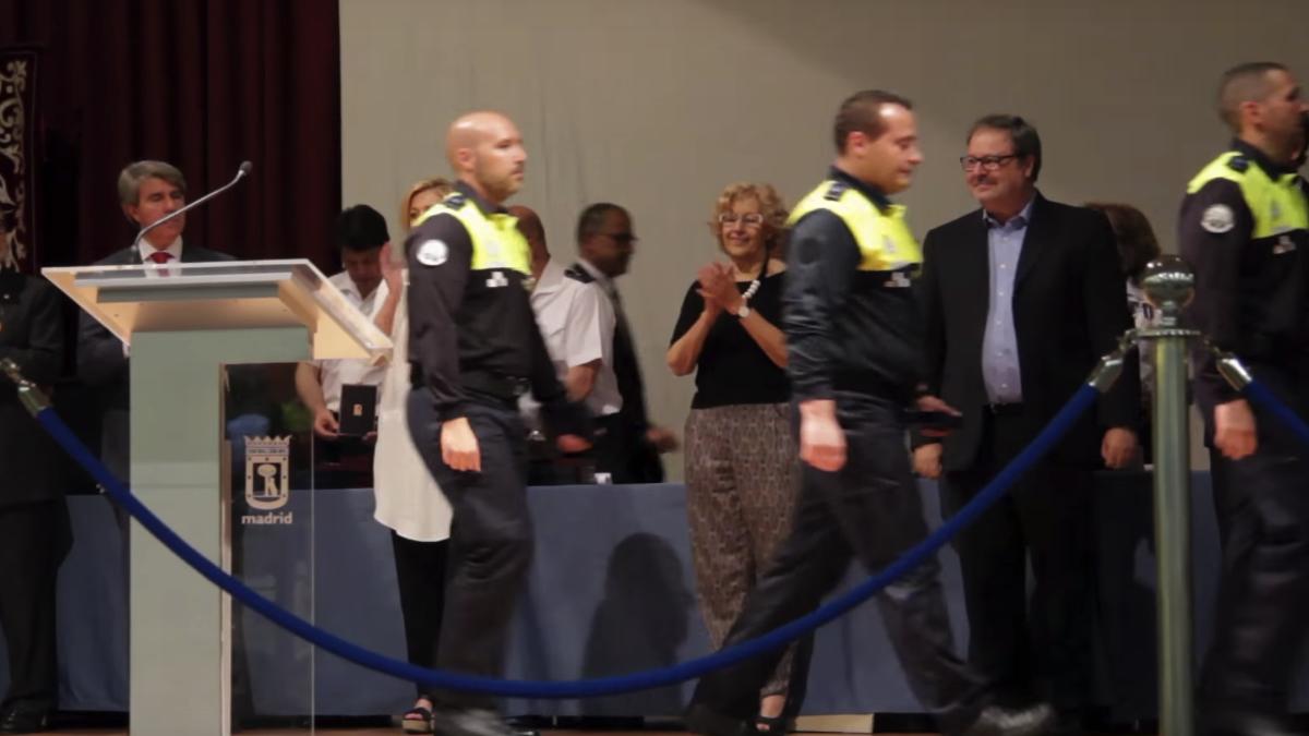 La alcaldesa Carmena en el día de la Policía. (Foto: YT)