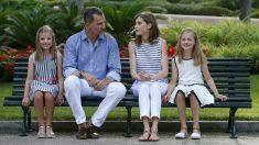 Los Reyes y sus hijas, posando para la prensa en el Palacio de Marivent. (EFE)