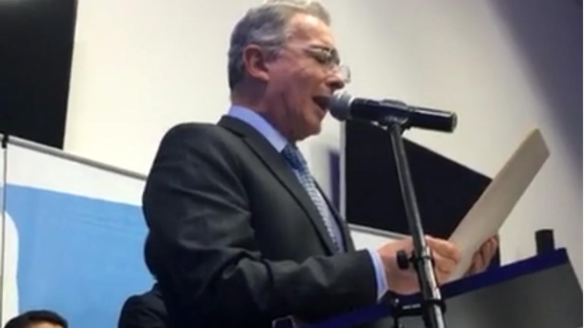 Álvaro Uribe, anunciando su 'no' al plebiscito de los acuerdos de Santos con las FARC.