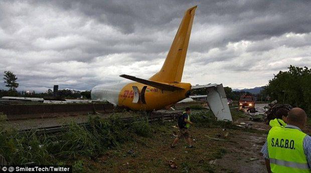 Un avión de carga de DHL sobrepasa la pista de aterrizaje en Bergamo (Italia) y termina en la autopista