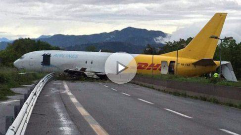 El avión de carga fletado por DHL estacionado en medio de la autopista.