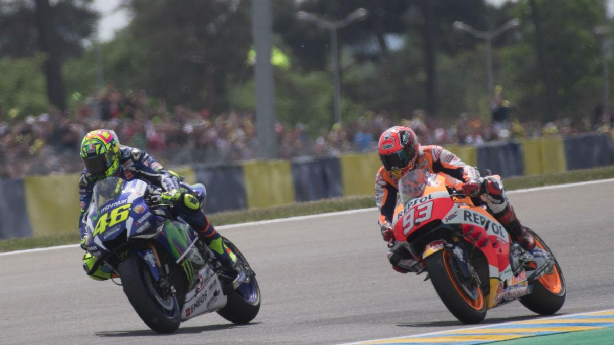 Marc Márquez se lanza a adelantar a Valentino Rossi. (Getty)