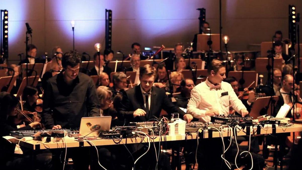 La pareja de Dj's alemanes Super Flu junto a la Filarmónica de Dortmunder.