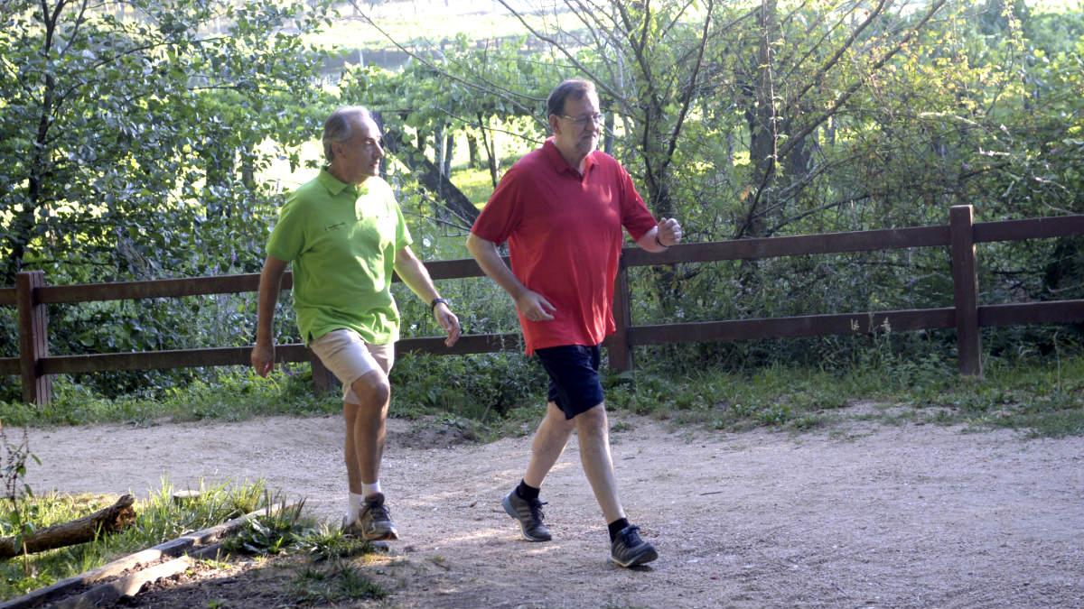 Rajoy y José Benito Suárez, esposo de Ana Pastor, durante el recorrido. (Foto: Efe).