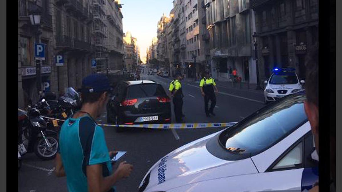Coche sospechoso en la Via Laietana (Foto: Twitter)