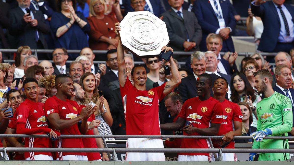 Ibrahimovic levanta su primer título con el United. (Reutes)
