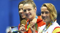 Mireia Belmonte luce su medalla de bronce en el podio olímpico (Reuters)