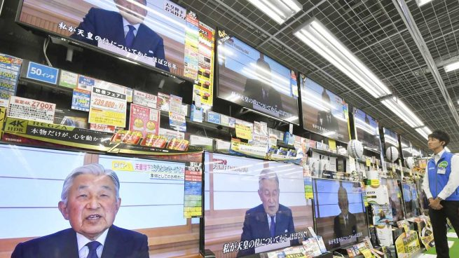 El emperador de Japón Akihito anuncia su deseo de abdicar por primera vez en el Japón moderno
