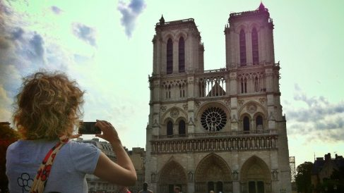 Una turista fotografía la catedral de Nôtre Dame de París. (ADP)