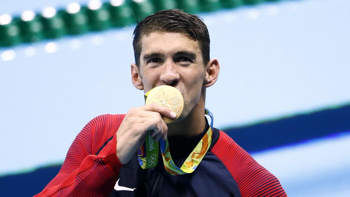 Phelps besa su decimonovena medalla de oro olímpica. (Foto: AFP)