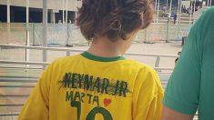 Un niño se tachó el nombre de Neymar en la camiseta y se puso a Marta. (Twitter)