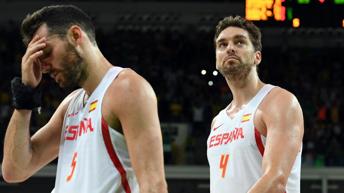 Pau Gasol y Rudy Fernández se lamentan tras volver a perder en el último segundo. (AFP)