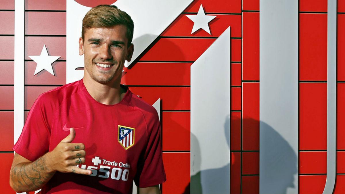 Griezmann posa con el escudo del Atlético. (Imagen: atleticodemadrid.com)
