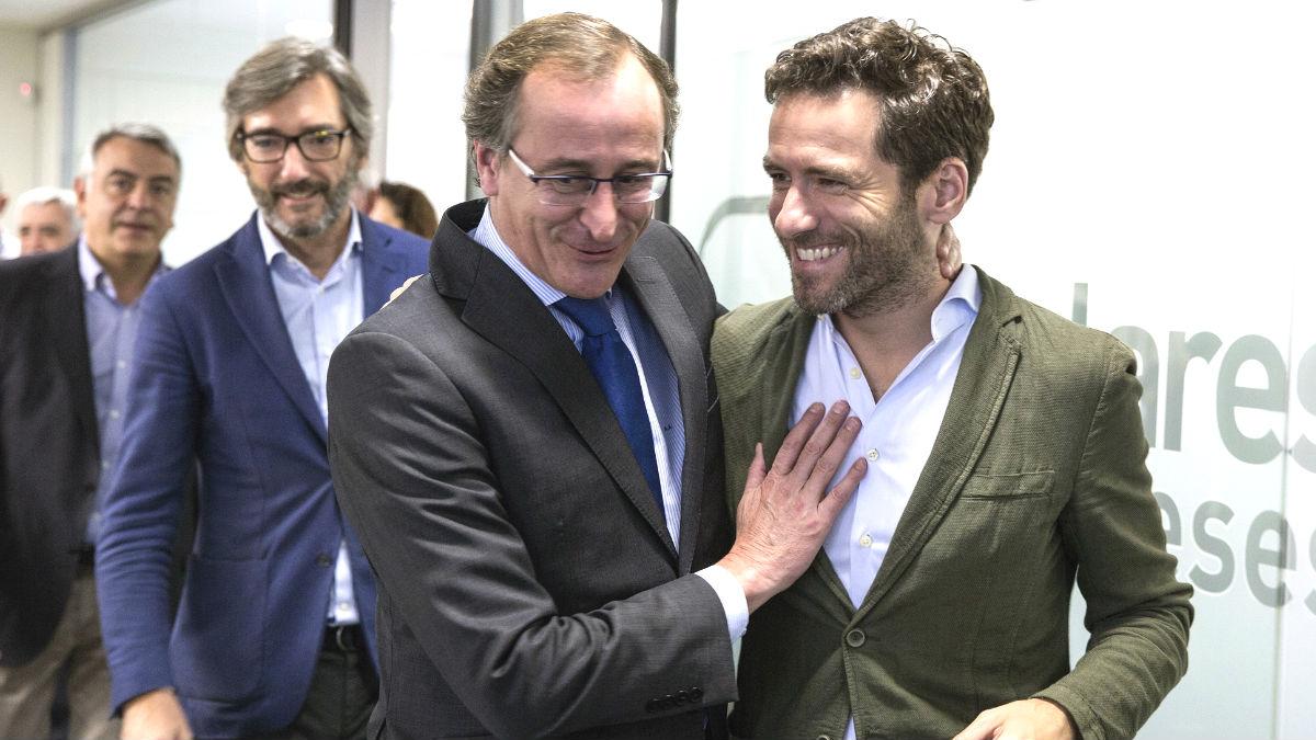 El presidente del PP vasco, Alfonso Alonso, junto al presidente de su partido en Guipúzcoa, Borja Sémper (d). (Foto: Efe)