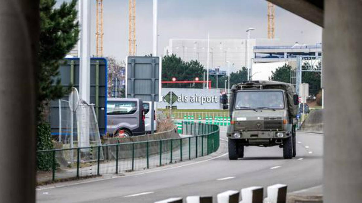 Un vehículo militar se dirige a las instalaciones del aeropuerto de Zaventem, Bruselas.