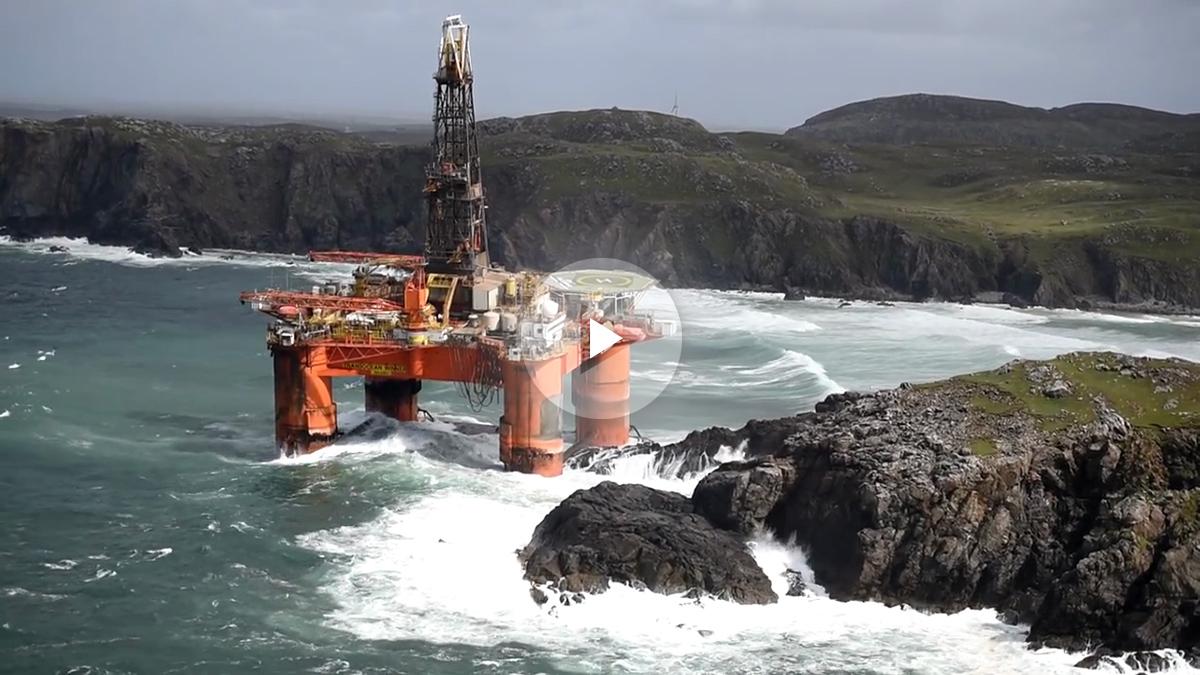 La plataforma petrolífera encallada en las playas escocesas.