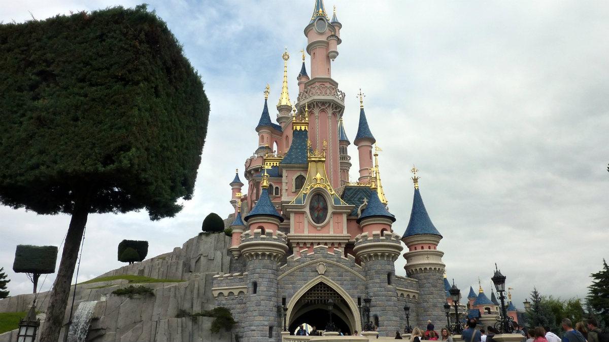 El representativo castillo que sirve de centro neurálgico del parque temático Disneyland París. Foto: Agencias